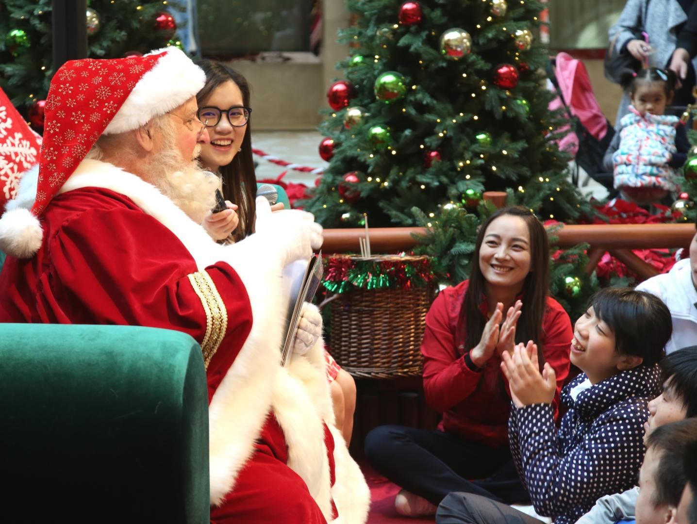 Santa Ron entertained the students from Escola Caritas de Macau and the gold medalists with his Christmas stories.
